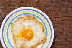 tła zamknięci jajka smażący odizolowywający talerz w górę biel Zdjęcia Royalty Free