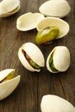 tła zamknięta dokrętek pistacja w górę biel Zdjęcia Stock
