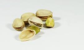 tła zamknięta dokrętek pistacja w górę biel Zdjęcie Royalty Free