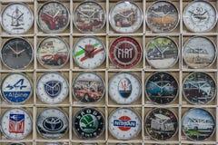 Tło ścienny zegar z logami słynne automobilowe firmy (retro i nowożytny) Obraz Royalty Free