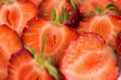 Tło świeże rżnięte truskawki Dojrzały truskawki zakończenie Zdjęcia Royalty Free