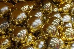Tło żółte Bożenarodzeniowe piłki w secie w przejrzystych pakunkach obrazy royalty free
