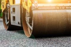 Tło asfaltowy rolownik który broguje gorącego asfalt i naciska Drogi remontowa maszyna zdjęcie royalty free
