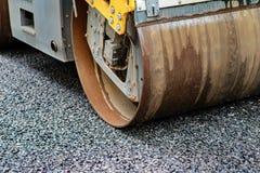 Tło asfaltowy rolownik który broguje gorącego asfalt i naciska Drogi remontowa maszyna obraz royalty free
