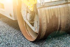 Tło asfaltowy rolownik który broguje gorącego asfalt i naciska Drogi remontowa maszyna zdjęcie stock