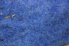 Tło błękitny szklany piasek i suszy liście Zdjęcie Royalty Free