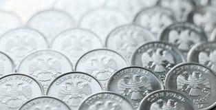 Tło Błyszczące, kruszcowe monety jeden rubla ordynans, układał na samolocie obrazy stock