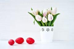 tło barwiący Easter jajek eps8 formata czerwony tulipanu wektor Czerwoni Wielkanocni jajka i biali tulipany w wazie Obrazy Stock