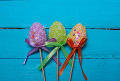 tło barwiący Easter jajek eps8 formata czerwony tulipanu wektor Stubarwni dekorujący Easter jajka, barwiący proszek na turkusowym Obraz Stock