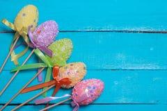 tło barwiący Easter jajek eps8 formata czerwony tulipanu wektor Stubarwni dekorujący Easter jajka, barwiący proszek na turkusowym Fotografia Stock