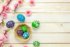 tło barwiący Easter jajek eps8 formata czerwony tulipanu wektor Szczęśliwi Easter jajka bolący na koszykowym al Obraz Stock
