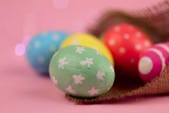 tło barwiący Easter jajek eps8 formata czerwony tulipanu wektor Zieleń, czerwień i kolor żółty, malowaliśmy jajka handmade w parc zdjęcia stock