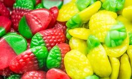 Tło barwić asortowane galaretowe fasole, żuć cukierki w górę fotografia stock