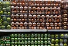 Tło barwione boże narodzenie piłki w secie w przejrzystych pakunkach zdjęcia stock