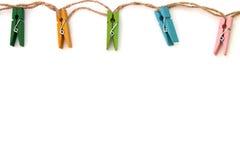 Tło barwioni bieliźniani clothespins na bielu Zdjęcia Stock
