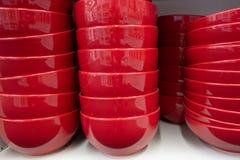 Tło beżu, czerwieni i błękita talerze które stoją na półce, fotografia stock