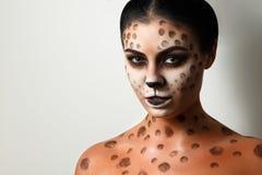 tło białe dziewczyny portret Twarzy sztuka Ciało sztuka fryzury Czarni włosy tygrysica Obrazy Stock