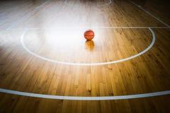 tło białe odosobnione balowej koszykówki Obrazy Royalty Free
