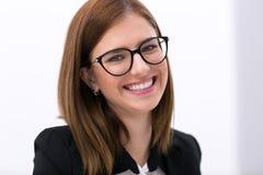 tło bizneswomanu okulary odizolowane nad białymi young Obrazy Royalty Free