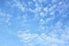 Tło Bufiaste chmury i niebieskie niebo obraz royalty free