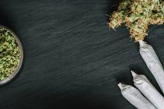 Tło ciemny drewno z marihuana kwiatami marihuany świrzepy kopii przestrzeni odgórny widok Zdjęcia Royalty Free