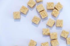 Tło cukrowi sześciany i cukier w łyżce brown cukier na błękitnym tle Cukier z kopii przestrzenią Odgórny widok lub mieszkanie nie Obraz Stock
