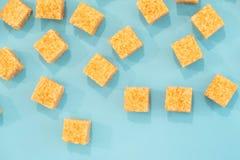 Tło cukrowi sześciany i cukier w łyżce brown cukier na błękitnym tle Cukier z kopii przestrzenią Odgórny widok lub mieszkanie nie Obrazy Stock
