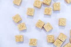 Tło cukrowi sześciany i cukier w łyżce brown cukier na błękitnym tle Cukier z kopii przestrzenią Odgórny widok lub mieszkanie nie Zdjęcie Royalty Free