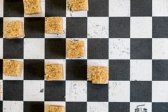 Tło cukrowi sześciany i cukier w łyżce brown cukier na szachowym tle Cukier z kopii przestrzenią Odgórny widok lub mieszkanie nie Obrazy Royalty Free
