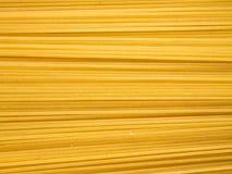 Tło długi surowy żółty spaghetti makaron w horyzontalnym samolocie zdjęcia royalty free