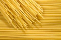 Tło długi surowy żółty spaghetti makaron w horyzontalnym samolocie, i wiele makaron na wierzchołku zdjęcie royalty free