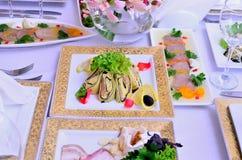 Tło dekorujący stół z naczyniami Obrazy Royalty Free
