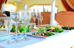 Tło dekorujący stół z naczyniami Zdjęcie Stock