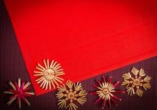 Tło dla Bożenarodzeniowej powitanie karty wakacyjnej słomianej dekoraci, czerwieni i claret textured papieru, Fotografia Stock