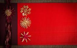 Tło dla Bożenarodzeniowej powitanie karty wakacyjnej słomianej dekoraci, czerwieni i claret textured papieru, Obraz Stock