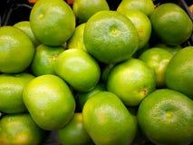 Tło Dojrzali zieleni tangerines z żółtymi baryłkami Zakończenie obrazy royalty free