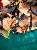 Tło - drewniani golenia od barwionych ołówków obraz royalty free