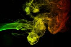tło dymu krzywy i falowi reggae kolory zielenieją, kolor żółty, czerwień barwiąca w flaga reggae muzyka zdjęcie stock
