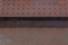 Tło dziurkowaci i tkani metale, ciężka zrudziała śniedź obrazy stock