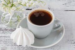 Tło filiżanka kawy espresso wiosny kawowa leluja doliny bouq Zdjęcie Stock