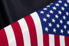 Tło gwiazdy i lampas flaga wzór przeciw czarnemu atłasowi obrazy stock