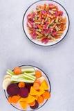 Tło jaskrawy kolorowy suchy makaron robić od warzyw selery i swój naturalnych jarzynowych barwideł, burak, marchewka, bania, past Obraz Stock