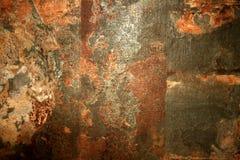 Tło kamienna ściana jest starym łaciastym brązem porysowany fotografia royalty free