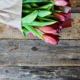 Tło, kartka z pozdrowieniami: bukiet stubarwni tulipany na lekkim tle Układ, mocap, dla twój tekst matki dnia, copys Obrazy Stock