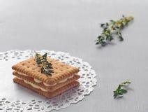 tło kulinarny Płatowaty ciastko z custard kremowym plombowaniem na białego doily zanieczyszczenie na rzecznym Arno obrazy stock