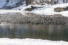 Tło lód - zimna woda z kamieniami zdjęcia royalty free
