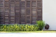 Tło latticed drewnianą drzwi teksturę na białej ścianie w tropikalnym domu w Tajlandia z bliska Zdjęcie Stock