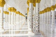 Tło marmurowa kolumnada biały meczet w Abu Dhabi fotografia stock