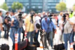 tło mikrofonów prasy konferencja odizolowane white fotografia stock
