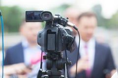 tło mikrofonów prasy konferencja odizolowane white Filmować medialnego wydarzenie z kamera wideo fotografia stock